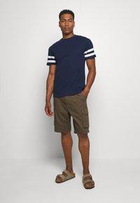 Newport Bay Sailing Club - TEE - T-shirts print - navy - 1