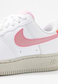 Nike Sportswear - AIR FORCE 1 - Sneaker low - white/digital pink/pink foam/hyper crimson/light bone - 2