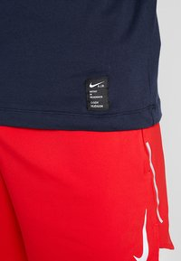 Nike Performance - DRY RUN SEASONAL  - Camiseta de deporte - obsidian/white - 6