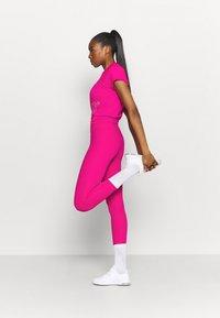 Nike Performance - ICON CLASH MILER  - Print T-shirt - fireberry/white - 1