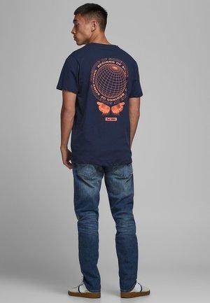 T-shirt med print - navy blazer