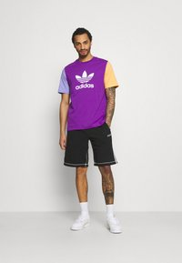 adidas Originals - BLOCKED TREF UNISEX - Print T-shirt - active purple/light purple/hazy orange - 1