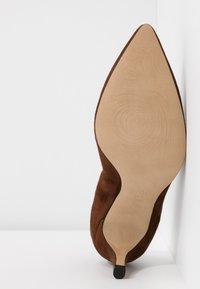 PERLATO - Classic heels - cognac - 6