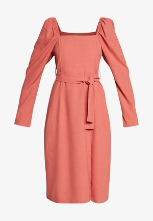 SQUARE NECK BELTED MIDI DRESS - Sukienka letnia - cayenne
