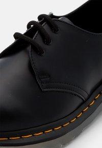 Dr. Martens - ICED - Volnočasové šněrovací boty - black smooth - 5