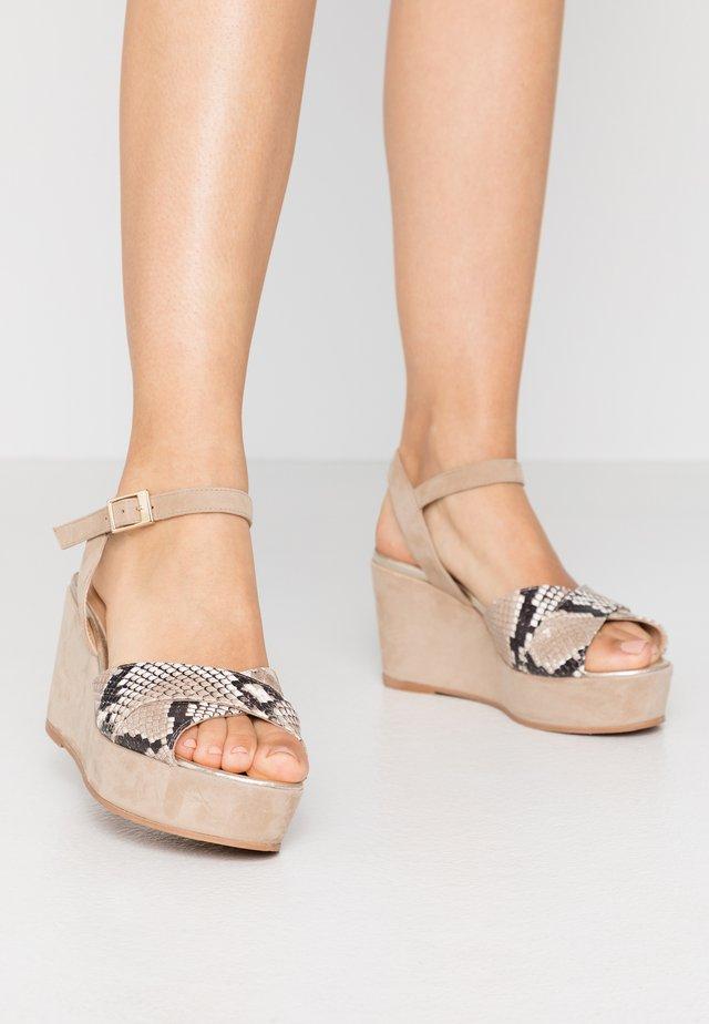 Sandály na platformě - camel/oro