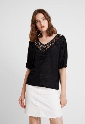 ONLCAMI LOOSE CROCHET - T-shirt imprimé - black