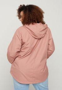 Zizzi - MIT REISSVERSCHLUSS UND KAPUZE - Summer jacket - rose - 2