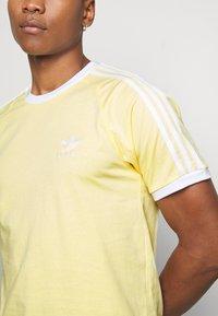 adidas Originals - 3 STRIPES TEE UNISEX - Print T-shirt - yellow - 5