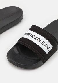 Calvin Klein Jeans - SLIDE TAPE - Matalakantaiset pistokkaat - black - 5