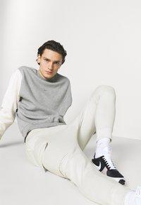 Nike Sportswear - PANT  - Träningsbyxor - light bone - 3