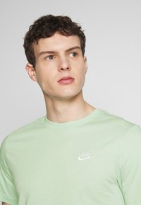 Nike Sportswear - CLUB TEE - T-shirt - bas - pistachio frost/(white) - 4