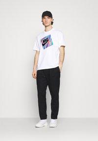 Nike Sportswear - TEE WILD - T-shirt con stampa - white - 1