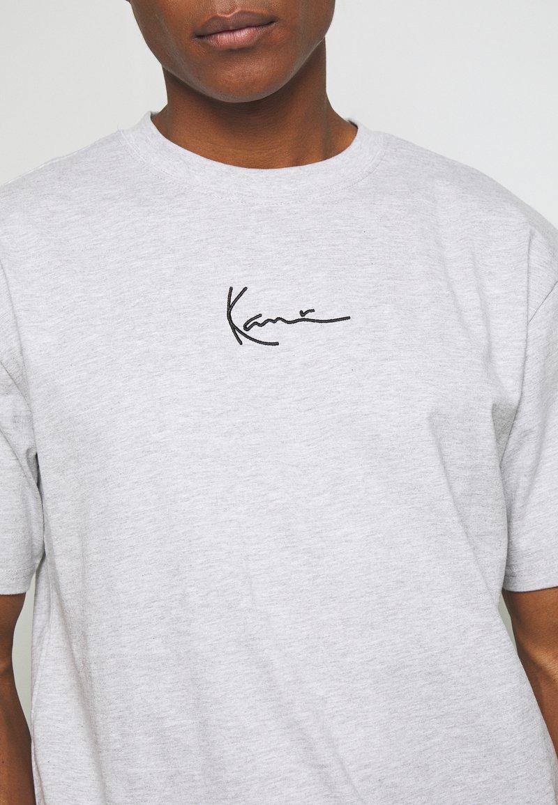 Karl Kani SMALL SIGNATURE TEE - T-Shirt print - ash grey/grau QuYhUz