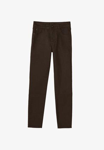 MIT GUMMIERTEM FINISH - Jeans Skinny - brown