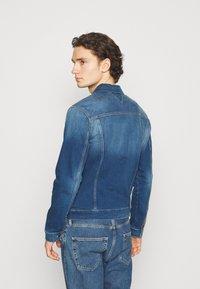 Tommy Jeans - REGULAR TRUCKER JACKET - Džínová bunda - wilson mid blue stretch - 2