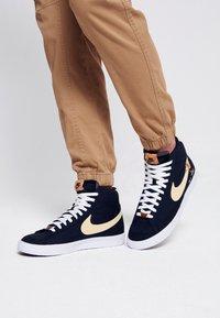 Nike Sportswear - BLAZER MID '77 UNISEX - Baskets montantes - black/solar flare/white/volt - 0