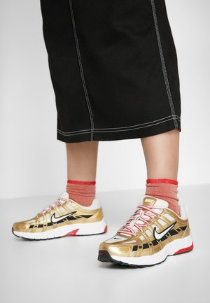 P-6000 - Joggesko - light bone/summit white/metallic gold/university red/black