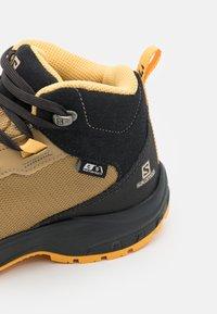Salomon - OUTWARD CSWP UNISEX - Hiking shoes - safari/phantom/warm apricot - 5