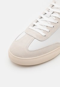 Clae - DEANE - Matalavartiset tennarit - white/smoke/bronze green - 5