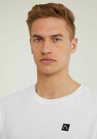 CHASIN' - Basic T-shirt - white - 2