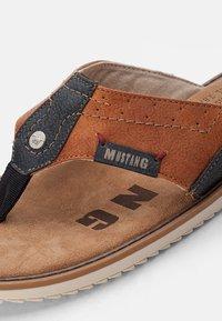 Mustang - Sandály s odděleným palcem - cognac - 5