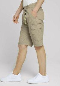 TOM TAILOR DENIM - Shorts - smoked beige - 3