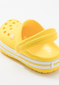 Crocs - CROCBAND - Sandały kąpielowe - lemon - 5