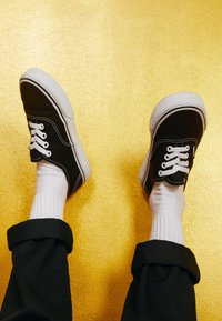 Vans - AUTHENTIC - Tenisky - black/true white - 3