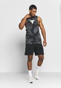 Under Armour - PROJECT ROCK ALOHA CAMO TANK - T-shirt de sport - black/summit white - 1