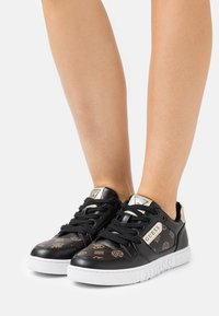 Guess - JULIEN - Sneakers laag - bronze/black - 0