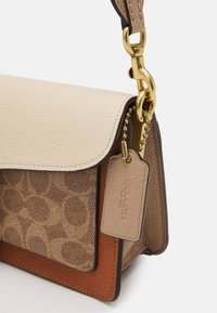 Coach - SIGNATURE TABBY SHOULDER BAG - Handbag - tan/ivory - 7
