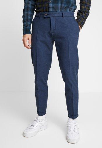 ERCAN CROPPED PANTS - Chino kalhoty - navy