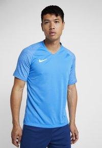 Nike Performance - T-shirt med print - light photo blue/coastal blue/white - 0
