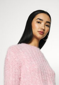 Topshop - FLUFFY CABLE CROP - Jumper - pink - 4