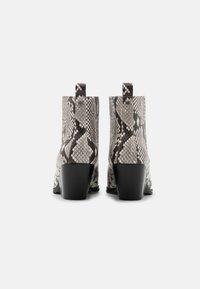 MICHAEL Michael Kors - SINCLAIR BOOTIE - Kotníková obuv - black/white - 3