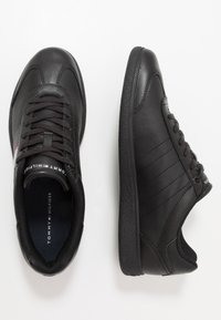 Tommy Hilfiger - ESSENTIAL CORPORATE CUPSOLE - Sneakersy niskie - black - 1