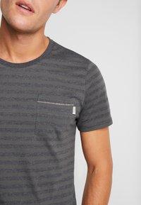 Produkt - SANS TEE  - Print T-shirt - Urban Chic - 4