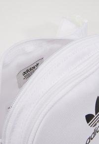 adidas Originals - ESSENTIAL CBODY UNISEX - Bum bag - white - 5