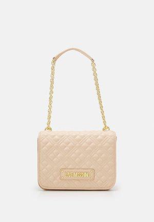 QUILTED SHOULDER FLAP - Handbag - naturale/nude