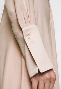 Victoria Victoria Beckham - DRAPED FLUID CADY MINI DRESS - Denní šaty - petal pink - 4