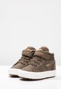 KangaROOS - KAVU - Sneakersy wysokie - dark brown/sand - 2