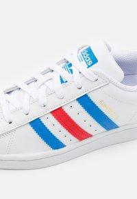 adidas Originals - SUPERSTAR UNISEX - Sneakers - footwear white/true blue/gold metallic - 5