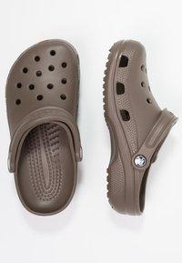 Crocs - CLASSIC UNISEX - Pool slides - chocolate - 1