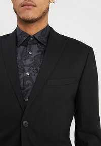 Isaac Dewhirst - BASIC PLAIN SUIT SLIM FIT - Garnitur - black - 11