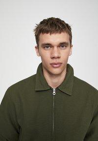 PULL&BEAR - JACKE MIT STRUKTURMUSTER UND REISSVERSCHLUSS 05713533 - Summer jacket - khaki - 4