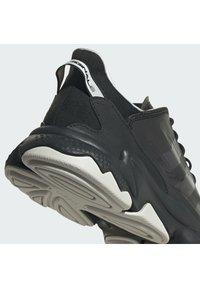 adidas Originals - OZWEEGO HELMET CLOSED SHOES - Tenisky - cblack/greone/ftwwht - 7