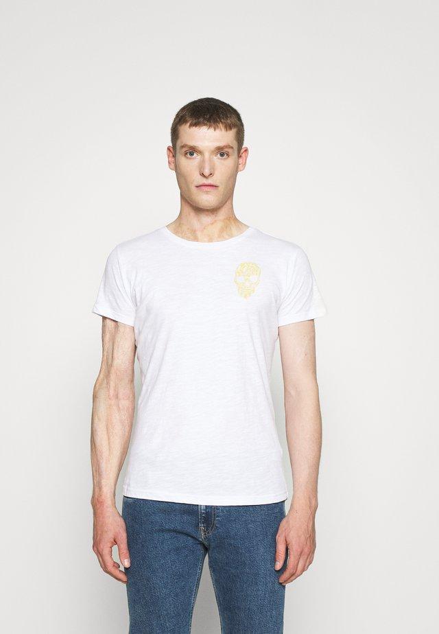 BRONCO ROUND - T-shirt z nadrukiem - white