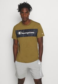 Champion - LEGACY HERITAGE TECH SHORT SLEEVE - T-shirt med print - olive/black - 0