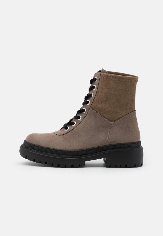 VEGAN ISOLDA - Kotníkové boty na platformě - taupe